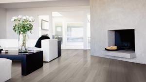 plancher-de-bois-salle-de-sejour-erable-gris-travertin-designer-lauzon